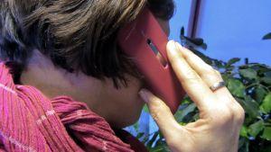 Nainen puhuu matkapuhelimeen.