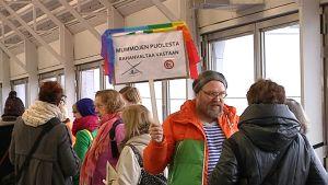 Mielenosoittaja kutojamummojen häätösuunnitelmia vastaan Malmin asematunnelissa.