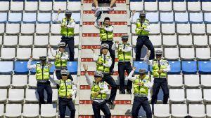 Tanssivia poliiseja portailla
