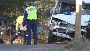 Kolarissa vaurioitunut pakettiauto ja poliiseja.