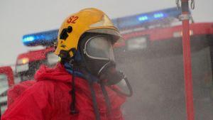 Palomies kemikaali-suojavarusteissa