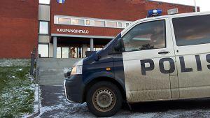 Poliisiauto Pyhäjärven kaupungintalon edessä.