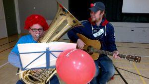 Petri Kivimäki (tuuba) ja Vesa Winberg (kitara, laulu) heittävät perjantaina kahdeksan keikkaa Nenäpäivän kunniaksi.