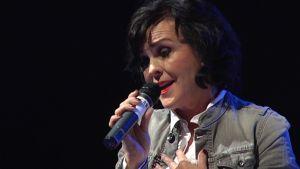 Paula Koivuniemi laulaa mikkiin.