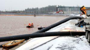Talvivaaran välittämässä kuvassa etsitään kipsisakka-altaan vuotoa viistokaikuluotaimella altaan 1-lohkolla tiistaina 6. marraskuuta 2012.
