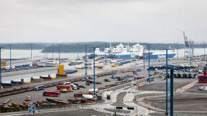 Kontteja ja rahtialuksia Vuosaaren satamassa Helsingissä.