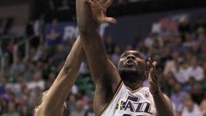 Utah Jazzin Al Jefferson nousemassa korille