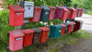 Postilaatikkoja kahdessa rivissä