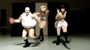 Nukketeatterin ammattilaiset vauhdissa lavalla.