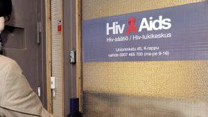 Nainen menossa Aids-tukikeskuksen ovesta sisään Helsingissä.