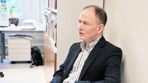 Tampereen yliopiston professori Arto Haveri työhuoneessaan.