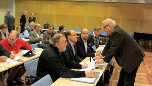 Eurivissä istuvat Alpo Ylitalo, Veikko Laitila, Tuomo Puumala. Roy Sabel keskustelevat seisten.