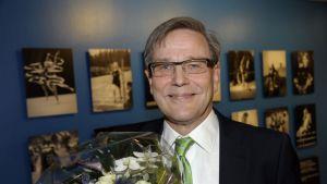 Suomen Olympiakomitean uudeksi puheenjohtajaksi valittu Risto Nieminen poseerasi valokuvaajille.