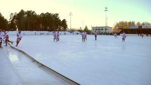 Jääpalloa Porin tekojääradalla.