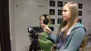 Hönttämäen koulun kuudesluokkalaiset kuvaavat omaa elokuvaa.