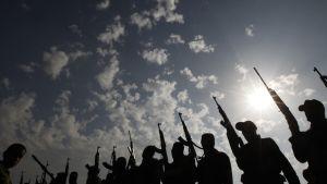 Hamasin jäsenet osallistuivat erään taisteluissa menehtyneen toverinsa hautajaisiin Nusseiratin pakolaisleirillä Gazan alueella  22. marraskuuta 2012. Keskiviikkona voimaan astunut tulitauko päätti kahdeksan päivää kestäneet väkivaltaisuudet Israelin ja Gazaa hallitsevan palestiinalaisjärjestö Hamasin välillä.