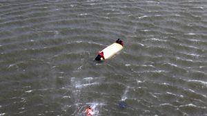 Kaksi miestä veden varassa Strömman kanavassa.