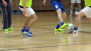 Futsalia pelaavia alavartaloita.