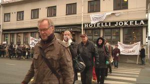 Marssiin osallistui arviolta parisataa mielenosoittajaa.