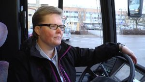 Nokialla 17 vuotta työskennellyt Merja Hovi kouluttautuu linja-autonkuljettajaksi.