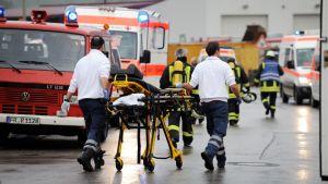 Palomiehiä menossa kehitysvammaisten työpajaan Saksan Titisee- Neustadissa.