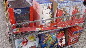 Lasten joulukalentereita kaupan hyllyssä
