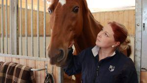 Hevonen ja tyttö.