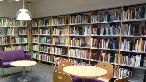 Tuusniemen uusittu kirjasto sisältä