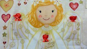 Joulukalenterin voi ommella helposti valmiista kuviokankaasta.