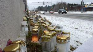 Kynttilöitä paikalla, jossa mopoilija menehtyi Lahdessa marraskuussa 2012.