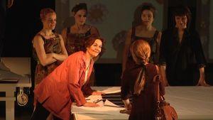 Riitta Havukaisen esittämä Armi Ratia tutkii näytelmässä kuosimalleja.