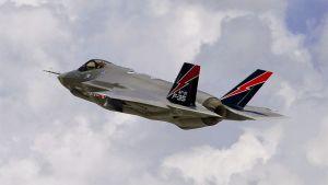 F-35 -hävittäjä ilmassa.