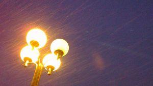 Lumisade ja valotolppa.