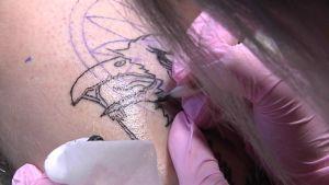 Tatuoinnin tekemistä
