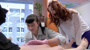 Mia-Maria Santala tekee ensimmäistä kertaa tatuointia, kouluttaja Säde Sonck tarkkailee