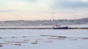 Alus jäässä satamassa Näsijärvellä