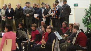 Kuorolaisia ja orkesteri harjoituksissa