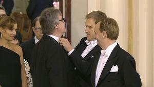 Hjallis Harkimo seuraa, kun Samuli Edelmann korjasi Aake Kallialan solmuketta.
