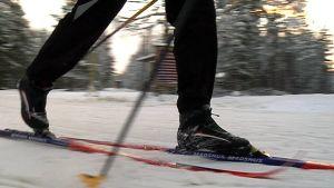 Hiihtäjä hiihtää ladulla perinteisellä hiihtotavalla.