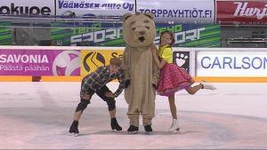 Erakko, Uppo-Nalle ja Reeta poseeraavat Kuopion jäähallilla.