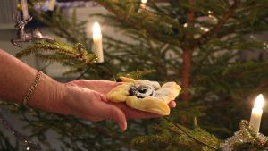 Joulutorttu kädellä