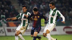 Lionel Messi taistelee pallosta