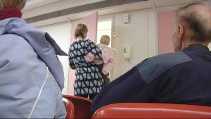 Terveyskeskuksessa odotetaan lääkärille pääsyä.