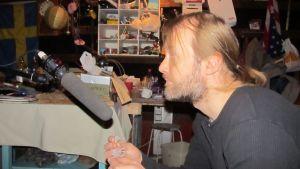 Heikki Kossi tekee foley-ääntä kohtaukseen, jossa tupakantuhkaa leijailee hihalle.