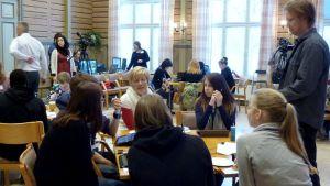 opiskelijat ideoivat pöydän äärellä