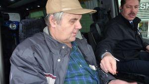 Etupenkillä istuva mies maksaa taksin