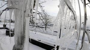 Jääpuikot koristavat lumista maisemaa Hangossa.