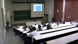 Opiskelijoita luennolla.