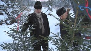 Arkkipiispa Leo ja Kuopion piispa Jari Jolkkonen tarkastelevat joulukuusia.