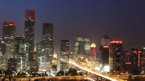 Pekingin yöllinen pilvenpiirtäjien peittoama taivaanranta.